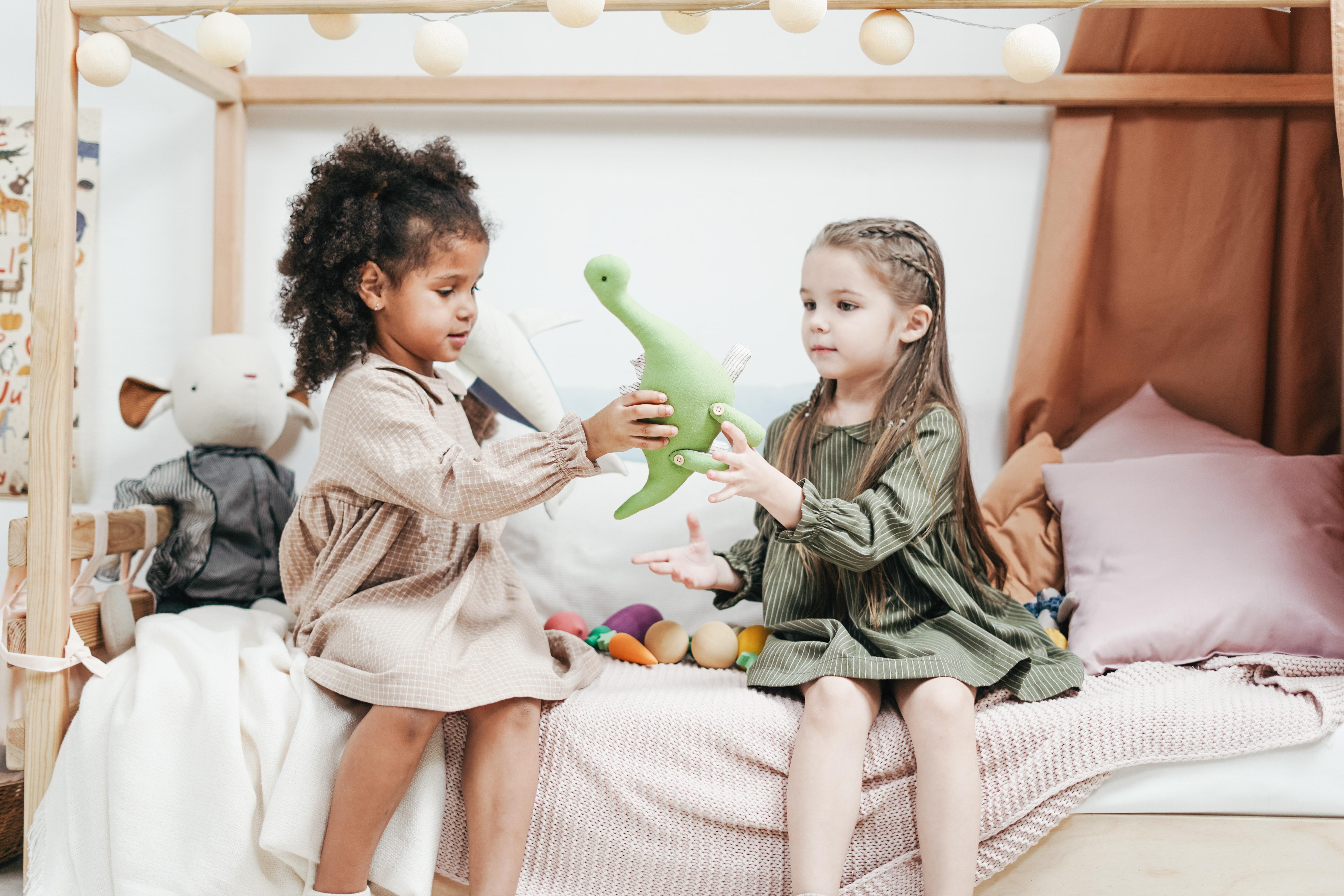 Enfants noirs et blancs jouant ensemble